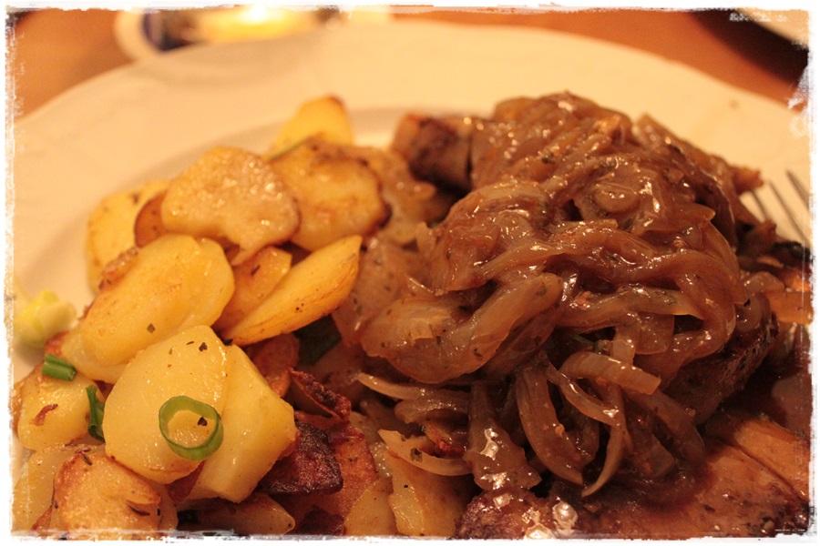 Schneiders Bierfleisch mit Schmorzwiebeln und Bratkartoffeln